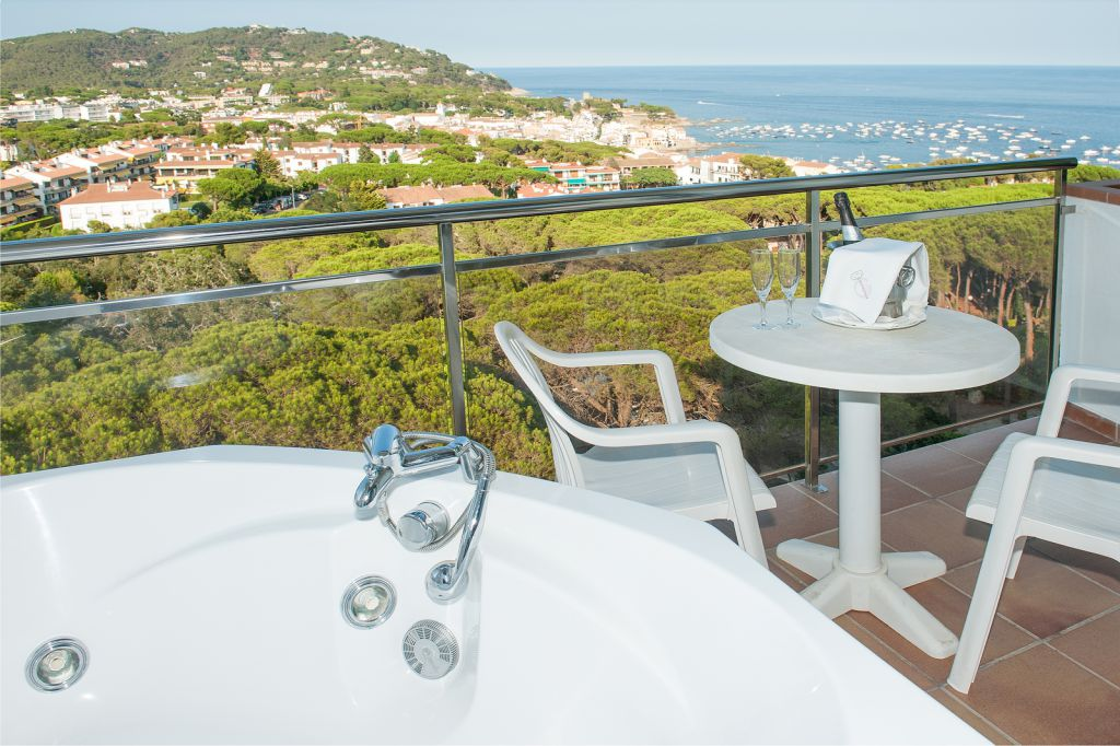 Habitaci n d plex con jacuzzi privado y vistas al mar for Habitaciones sobre el mar